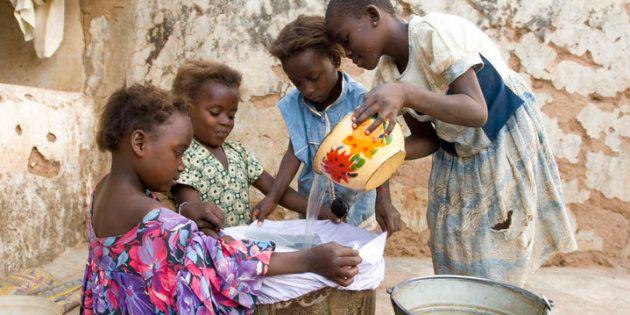 Meninas anteriormente infectadas pelo verme da Guiné filtram a água que vão beber para prevenir a