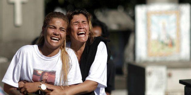 Parentes sofrem a perda da pequena Vanessa dos Santos, atingida por bala perdida no