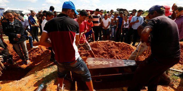 Familiares enterram vítimas de chacina no município de Pau d'Arco, no