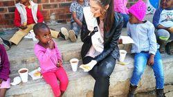 O que está por trás do uso de luvas por esta Miss em um orfanato na África do