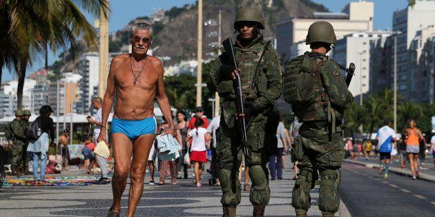 Patrulha dos soldados da Marinha do Brasil na praia de Copacabana, no Rio de