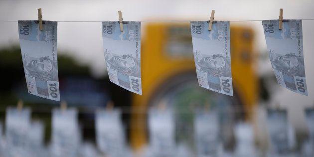 Previsão de salário mínimo para 2018 passa de R$ 979 para R$