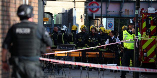 Brigada de Fogo de Londres atua na área atingida por explosão na estação Parsons Green, do metrô de