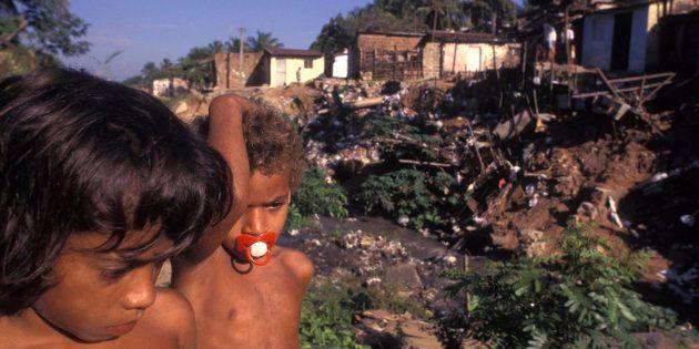 De acordo com o Atlas Esgotos, a universalização do esgotamento sanitário na área urbana do país necessitaria...
