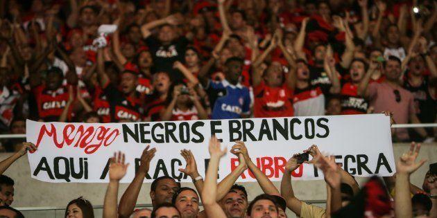 Torcedores do Flamengo seguram faixa contra o racismo em um jogo contra o Grêmio, no Maracanã, em