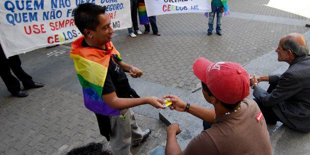 Na prática, segundo ativistas gays, a determinação impede quehomossexuais façama doação. As mesmas...