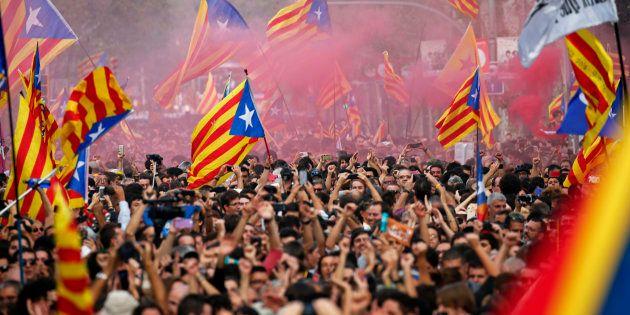 Catalães comemoram a declaração de independência da Espanha, aprovada hoje pelo Parlamento