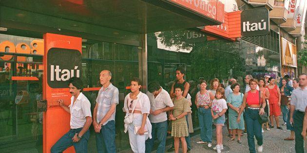 Correntistas no Rio de Janeiro em fevereiro de 1991, durante o primeiro plano econômico de Collor para...