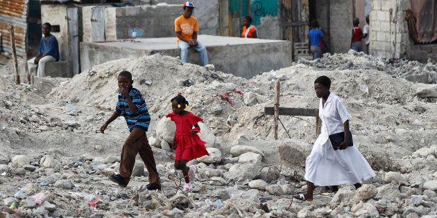 Cerca de 300 mil pessoas morreram no Haiti após terremoto de