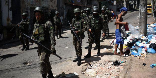 Soldados participam de operação contra tráfico de drogas na favela Jacarezinho, no Rio de Janeiro, no...