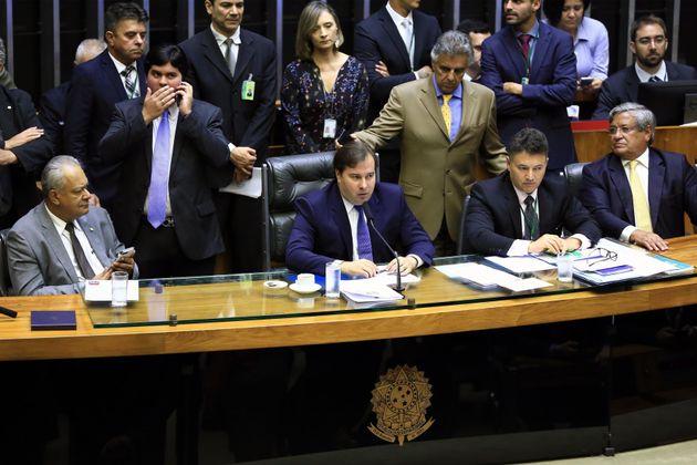 Rodrigo Maia preside sessão que aprovou decreto de intervenção no