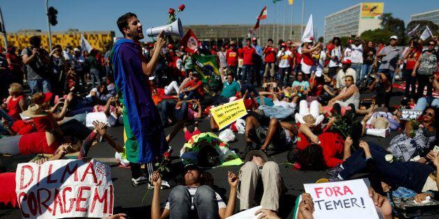Em 2016, apoiadores de Dilma protestam contra impeachment, tachando-o
