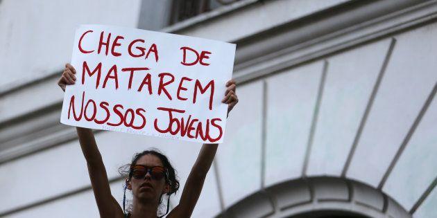 Mulher levanta o cartaz com