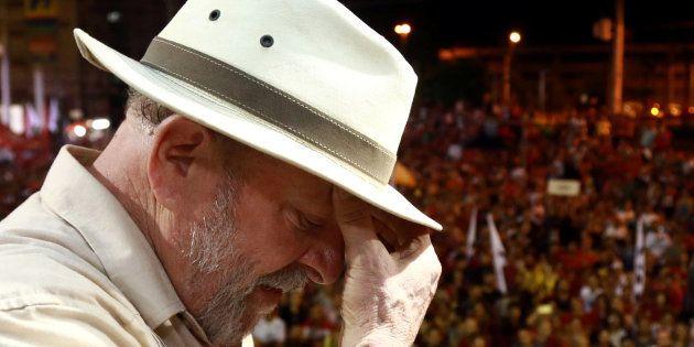 Ex-presidente Lula precisou da proteção de guarda-chuvas para não ser atingido por