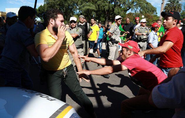 Em Santana do Livramento, manifestantes contrários ao ex-presidente entraram em choque com simpatizantes...
