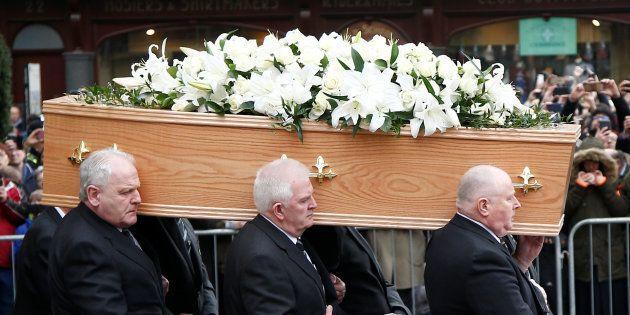 Multidão acompanha o funeral de Stephen