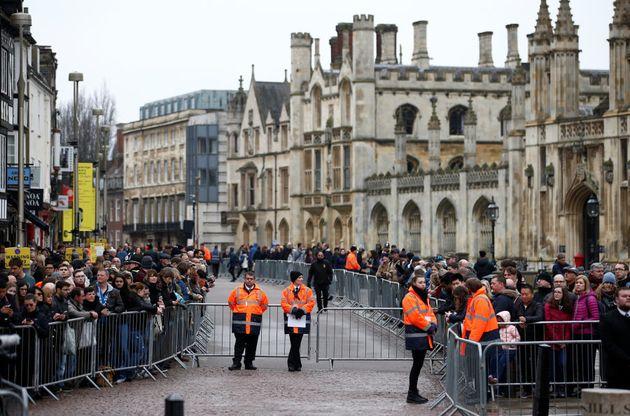 Multidão acompanha o funeral de Stephen Hawking neste sábado (31), em