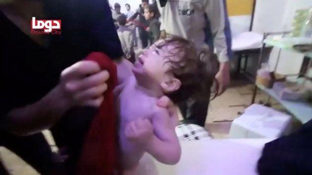 Esta imagem de vídeo obtido pela Reuters mostra uma criança tendo o rosto lavado após suposto ataque...