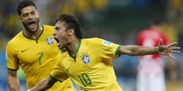 Neymar e Hulk comemoram estreia vitoriosa contra Croácia em 2014. E agora 105b0536bff2a