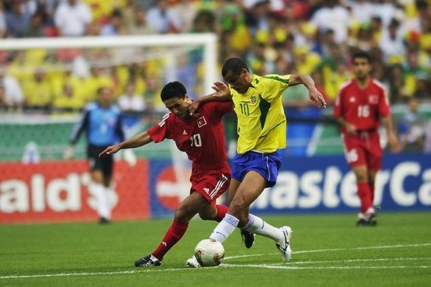 Rivaldo sofreu com a marcação turca na estreia da Copa do Mundo de 2002, mas deixou sua