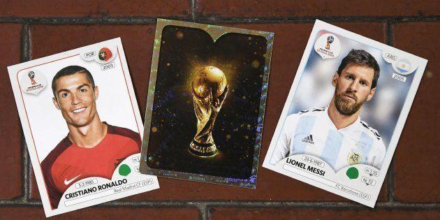Figurinhas do atacante de Portugal, Cristiano Ronaldo, do craque da Argentina, Messi, e o famoso cromo