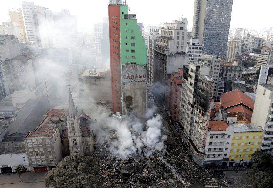 Outros prédios no entorno do desabamento foram esvaziados sob o risco de possíveis danos e risco de colapso...