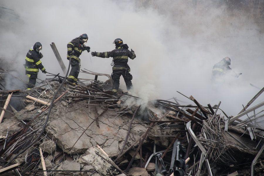 Bombeiros resfriam os escombros para, em seguida, buscarem por