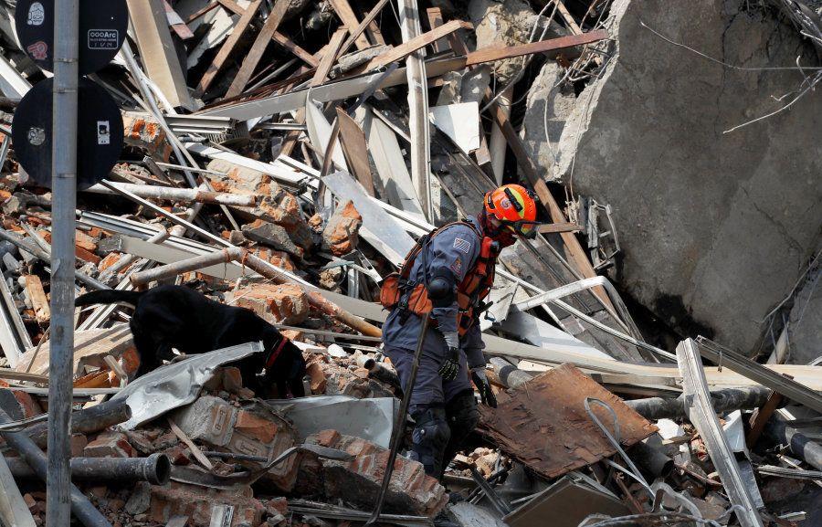 Cerca de 160 bombeiros trabalham no combates as chamas e buscam possíveis
