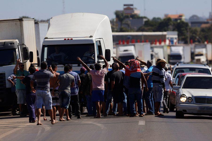 Caminhoneiros barram a BR-040 em protesto pelo aumento do