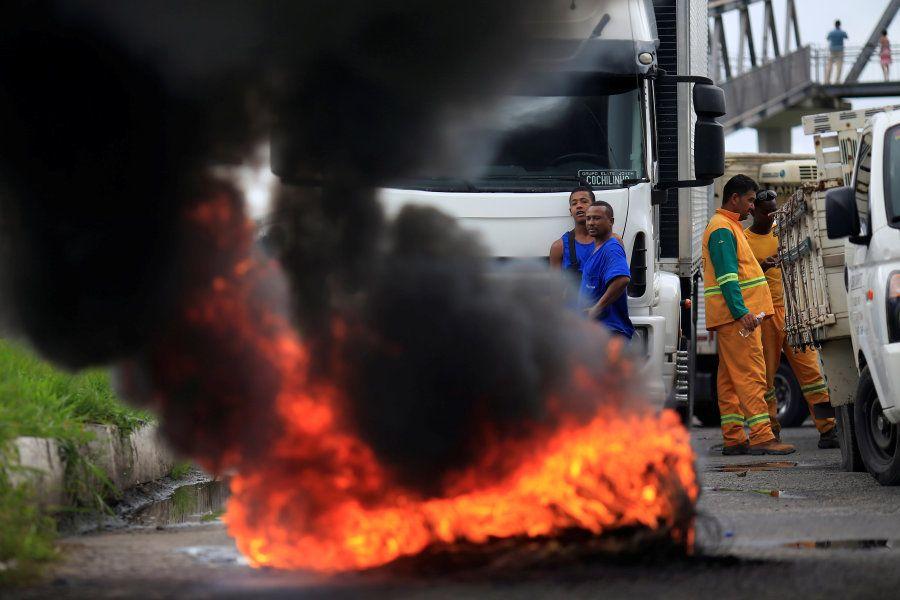 Caminhoneiros queimam pneus na BR-324 nas proximidades de