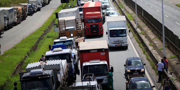 Protesto de caminhoneiros bloqueia rodovia perto de Salvador, na
