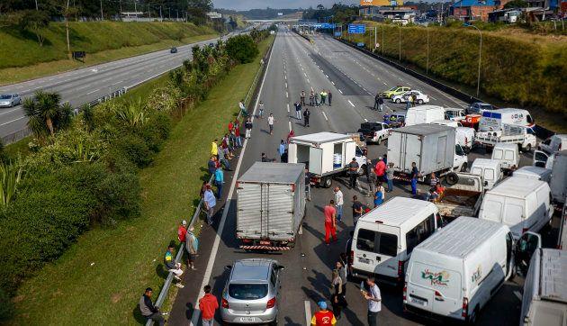 Caminhoneiros bloqueiam a Rodovia Imigrantes, a 23 quilômetros de São