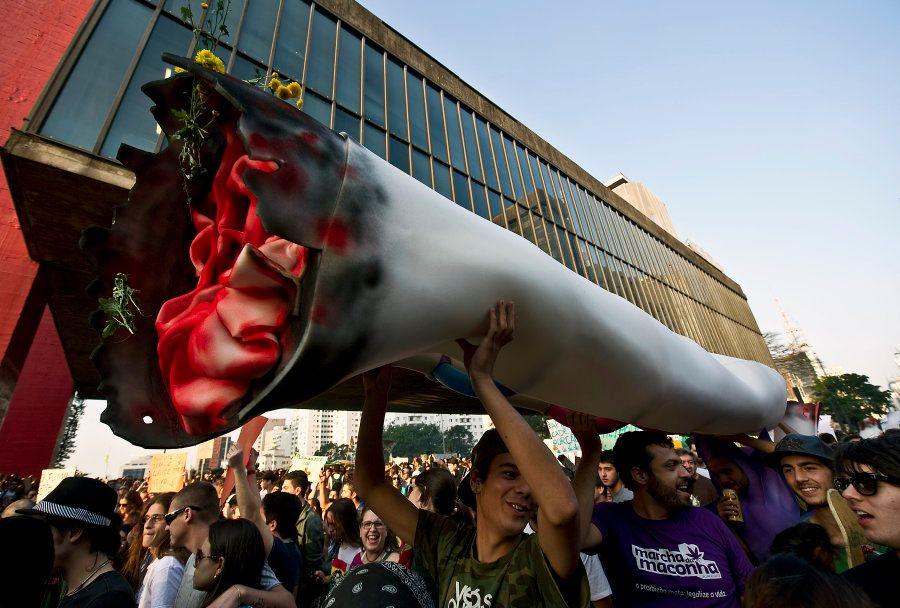 Manifestantes participam da Marcha da Maconha de 2013, em São