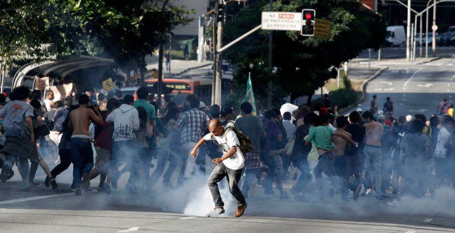 PM reprime protesto contra a proibição da Marcha da Maconha, em 2011, em São