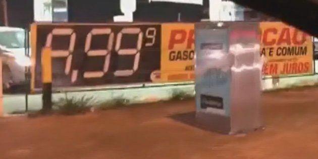 Aproveitando-se da greve dos caminhoneiros, dono de posto de gasolina em Águas Claras, próximo a Brasília,...