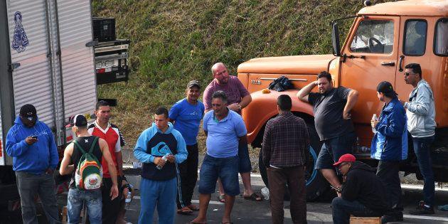Caminhoneiros bloqueiam Régis Bittencourt, a 30 km de São
