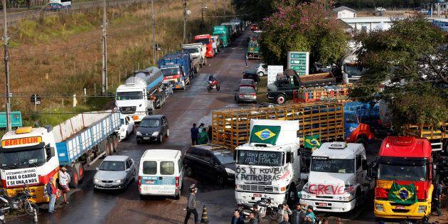 Caminhoneiros em greve bloqueiam refinaria em Araucária, no