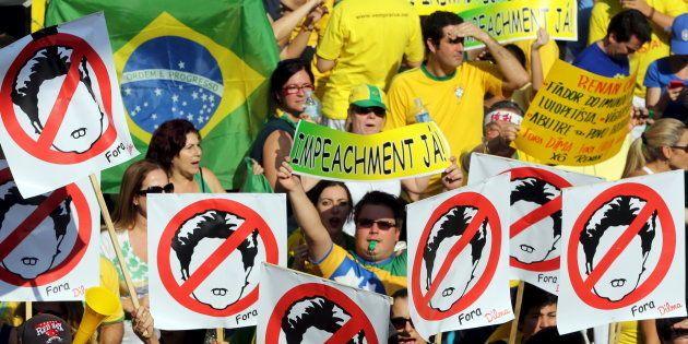 Milhares de brasileiros foram às ruas contra Dilma Rousseff e o PT usando a camisa da