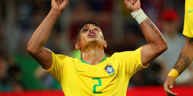 Thiago Silva aponta para o céu e comemora: Camisa 2 marcou o gol que selou a classificação do