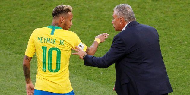Tite tem orientado Neymar dentro e fora de campo, e as conversas parecem estar dando