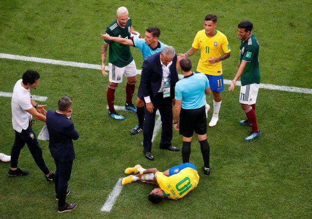 Confusão envolvendo Neymar, que levou pisão de mexicano enquanto estava