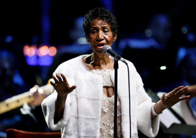 Aretha Franklin em apresentação no evento comemorativo de 25 anos da Elton John AIDS Foundation, em