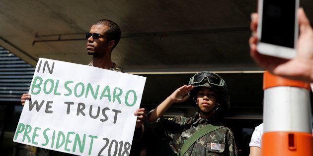 Gilberto de Mattos, 26, e seu irmão, Cristiano, 10, apoiam Jair Bolsonaro na frente do hospital Albert...