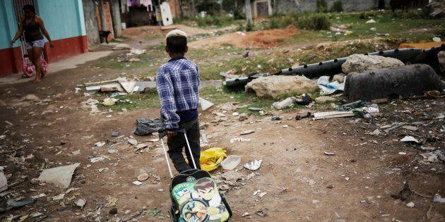 Menino morador em favela volta da escola no Rio de