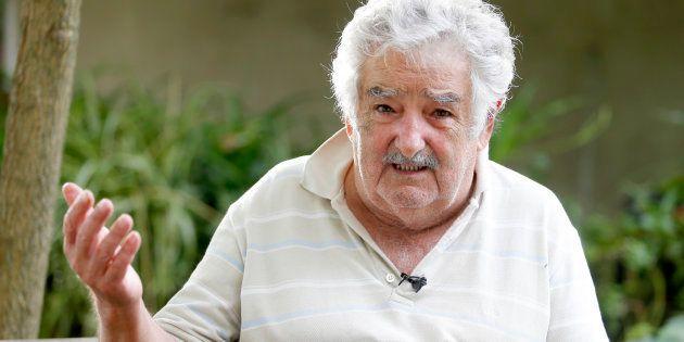 Ex-presidente uruguai José Mujica acena em sua fazenda no entorno de