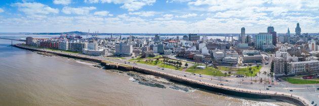 Vista aérea da costa do Uruguai, com foco na Cidade