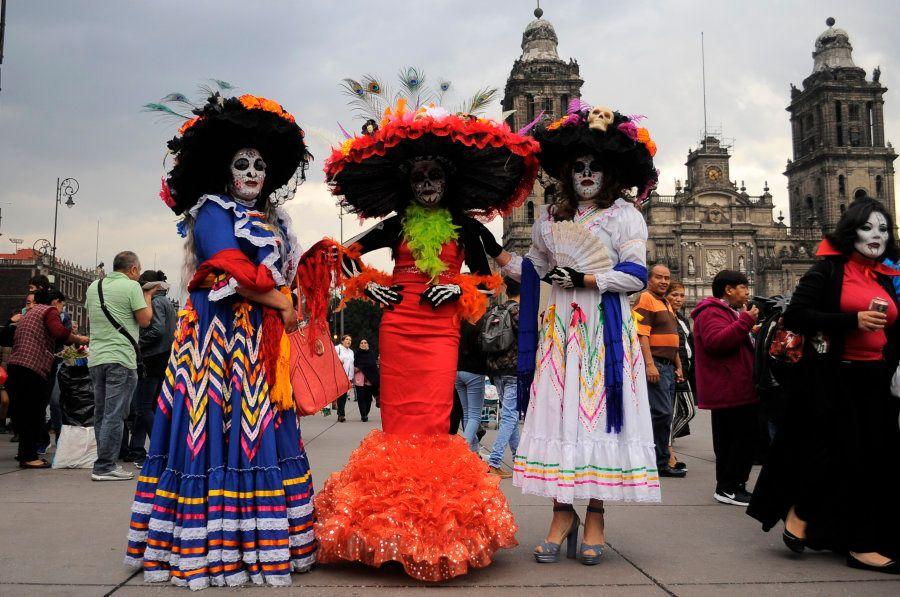 Mulheres vestidas de Catrinas, fantasia popular que representa o esqueleto de uma dama da alta