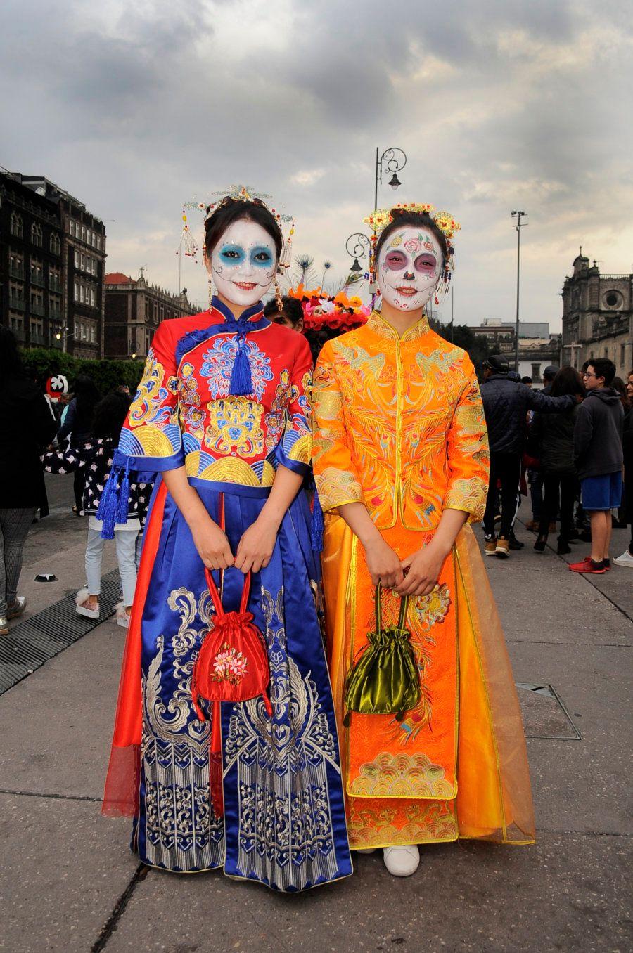 Flores na cabeça e pinturas corporais fazem parte da tradição do Dia dos