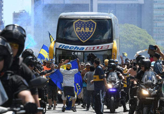 Ônibus do Boca foi atacado por torcedores do River na chegada ao estádio