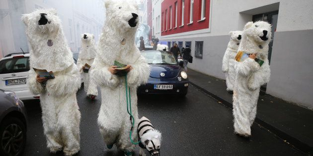 Manifestantes vestidos de urso polar protestam durante a COP-23, cúpula do clima em 2017, em Bonn, na